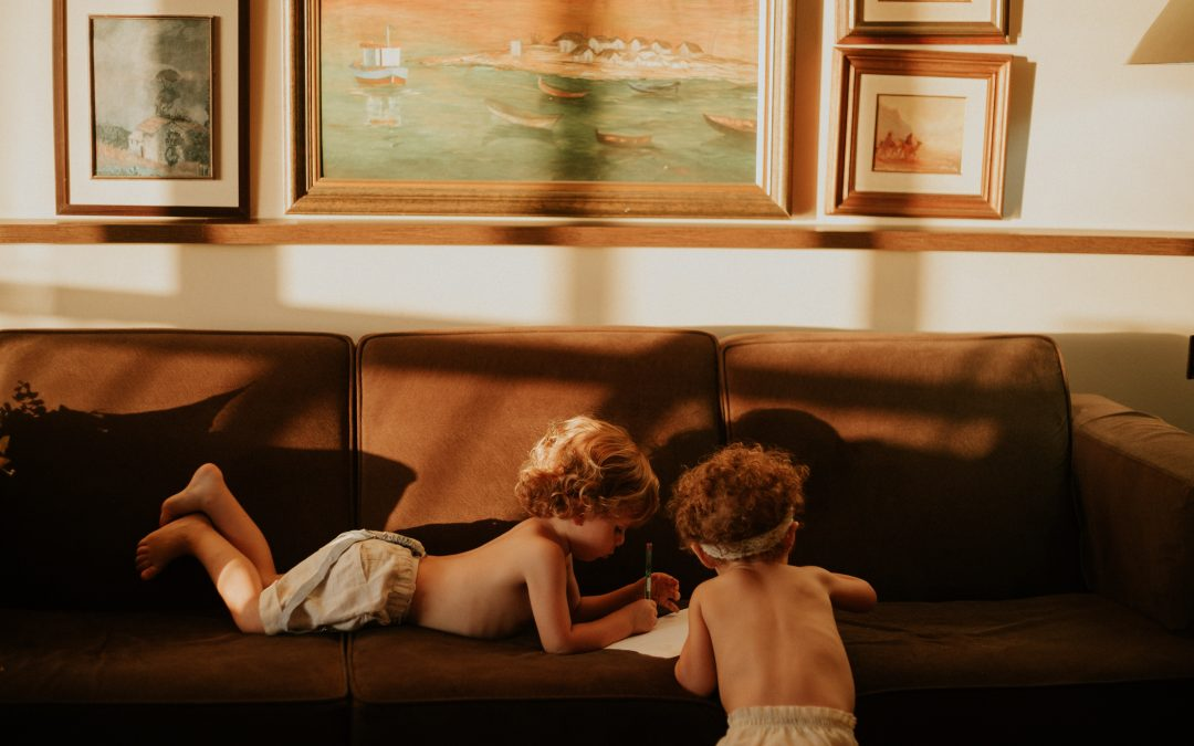 Saml venner og familie i en u-sofa